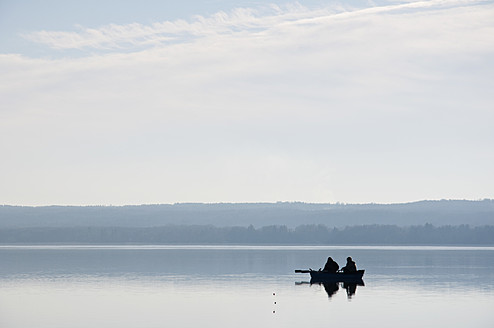 Germany, Bavaria, Fishermen in boat at Ammersee - UMF000509