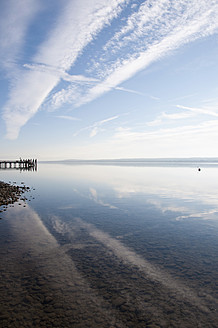 Germany, Bavaria, View of Ammersee, jetty in background - UMF000507