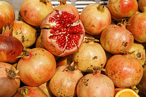 Europe, Turkey, Istanbul, Close up of pomegranate - SIEF002943