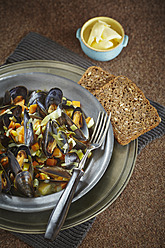 Mussel, whole grain bread with butter in bowl on table - ECF000097