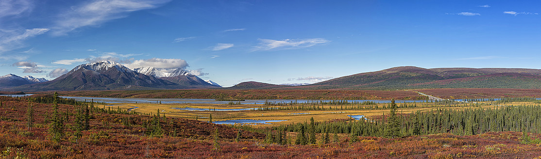 USA, View of landscape in autumn with Susitna River and Alaska Range in background - FOF004443