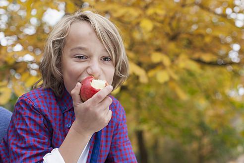 Germany, Leipzig, Boy eating an apple - BMF000646