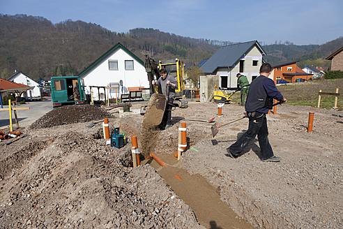Germany, Rhineland-Palatinate, house building, earth works, laying pipes - CSF015998