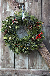 Christmas wreath on old wooden door, close up - HOHF000022