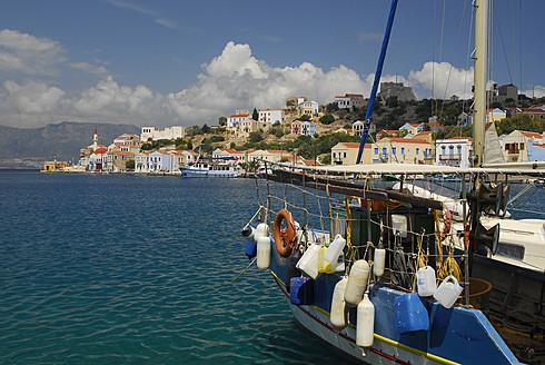 Greece, Kastellorizo, View of fishing boat in bay - MIZ000073