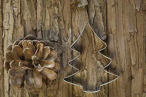 Pine cone with cookie cutter for christmas on table - ASF004730