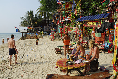 Thailand, Koh Chang, People on White Sand Beach at Independant Bo guesthouse - MIZ000130