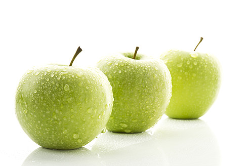 Granny smith on white background, close up - MAEF005579