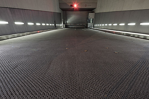 Germany, Munich, Entrance to basement garage - FL000179