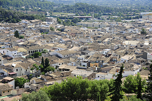 Spain, View over roofs at Pollenca - MIZ000214