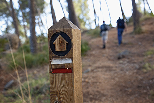 Spain, Mallorca, Wooden post on hiking trail in Tramuntana mountains - MSF002764