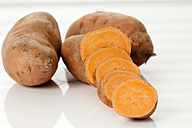 Sliced and whole sweet potatoes, close up - CSF016914