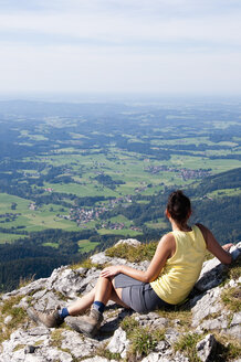 Germany, Bavaria, Mid adult woman looking from Breitenstein - UMF000588