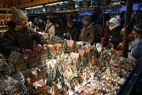 Austria, Salzburg, Stall at Christmas market - SIE003334