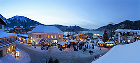 Austria, Salzkammergut, View of christmas market at Strobl am Wolfgangsee - WW002709