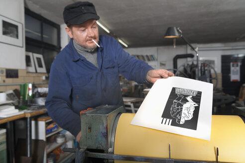 Germany, Bavaria, Man working in print shop - TC003342