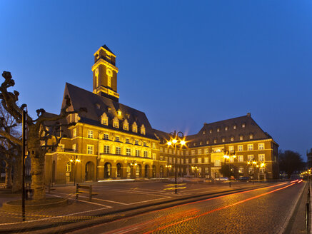 Germany, North Rhine Westphalia, Bottrop, View of Town Hall at dusk - AKUF000057