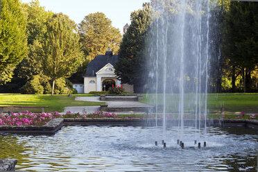 Germany, North Rhine Westphalia, Bottrop, City garden with archway in summer - AKU000059