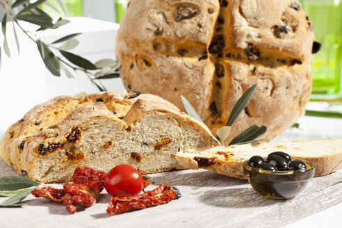 Loaf of bread with olive and tomato, close up - CSF017749