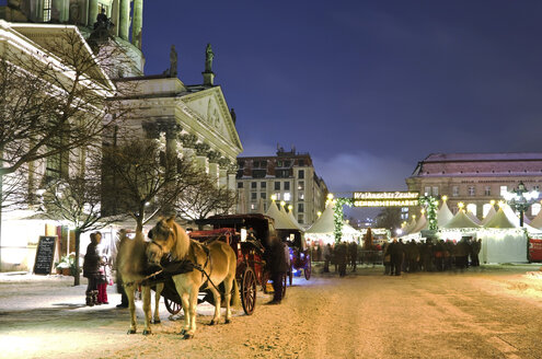 Germany, Berlin,  Horse drawn carriage in christmas market at Gendarmenmarkt - ALE000010