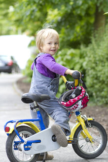 Portrait of girl with bicycle, smiling - JFE000045