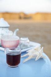 Egypt, Black tea on table at beach - TK000094