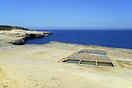 Malta, View of salt pans at rocky coast - MIZ000243