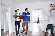 Couple making an agreement with estate agent - FMKF000705