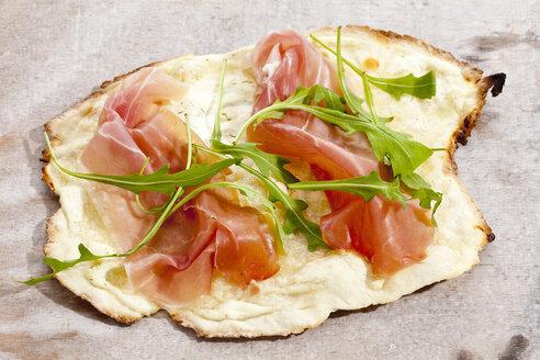 Tarte with serrano ham and rocket salad, close up - CS017988