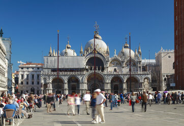 Italy, Venice, People walking at St Mark's Square - HSI000166
