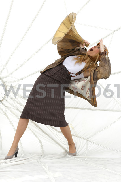 Germany, Paderborn, Woman shouting into Gramophone funnel - AJF000002 - Andreas Jontsch/Westend61