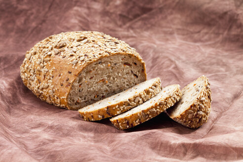 Whole grain bread with carrots, close up - CSF018342