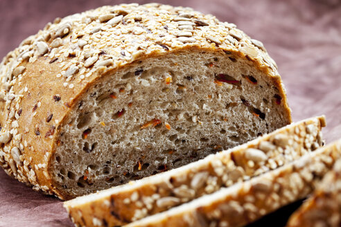Whole grain bread with carrots, close up - CSF018339