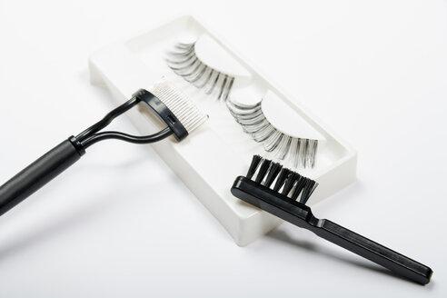 Fake eyelashes, lash comb and brush on white background, close up - TDF000027