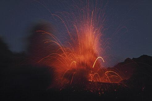 Japan, View of lava erupting from Sakurajima - MR001298