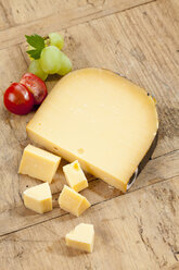 Gouda cheese with tomato and grape, close up - CSF018562