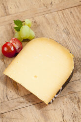 Gouda cheese with tomato and grape, close up - CSF018628