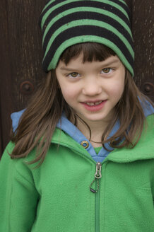 Portrait of girl smiling, close up - LV000001