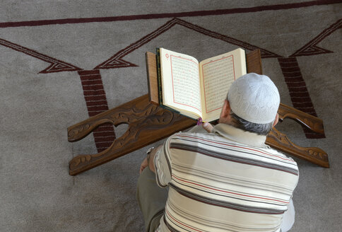 Turkey, Istanbul, Man is reading koran in Sakirin Mosque - LH000013