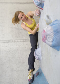 Germany, Bavaria, Munich, Young woman bouldering - HSIYF000185