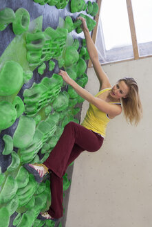 Germany, Bavaria, Munich, Young woman bouldering - HSIYF000224