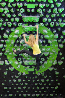Germany, Bavaria, Munich, Young woman bouldering - HSIYF000191