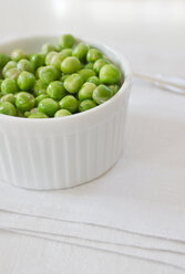 Bowl of green peas on napkin - LVF000016