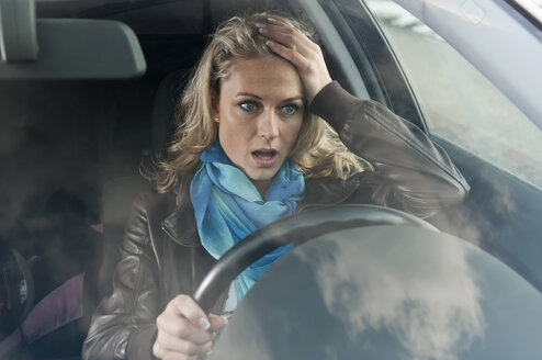 Germany, Brandenburg, Stress woman in car - BFRF000218