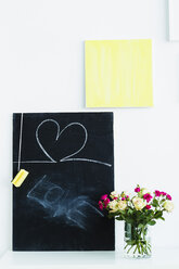 Germany, Bavaria, Munich, Text with blackboard and flower vase on shelf - SPOF000277