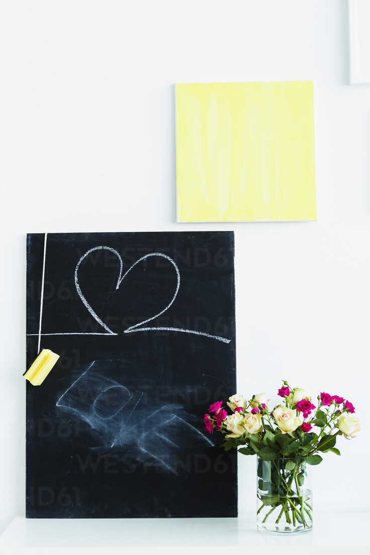 Germany, Bavaria, Munich, Text with blackboard and flower vase on shelf - SPOF000277 - 4r3p/Westend61