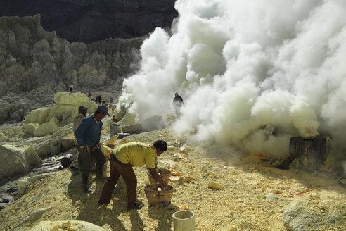 Indonesia, Men mining sulphur at Kawah Ijen Volcano - RM000540