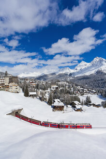Switzerland, Arosa, Rhaetian railway passing through snow - WDF001687