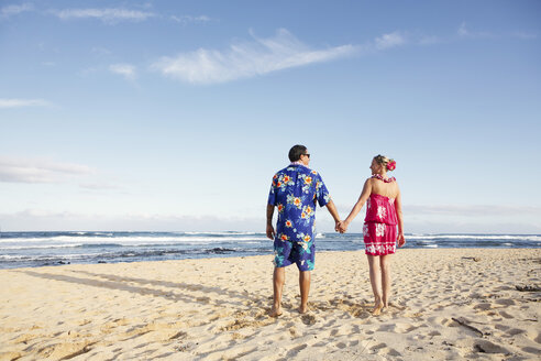 USA, Hawaii, Mid adult couple walking on beach - SKF001292