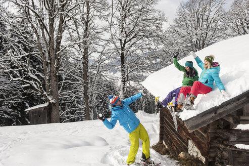Austria, Salzburg, Young women and man having fun in snow at Altenmarkt Zauchensee - HHF004559